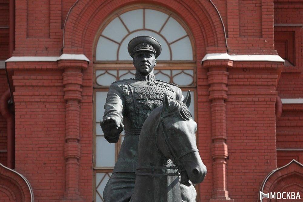 Мэр Москвы возложил цветы к памятнику Жукову