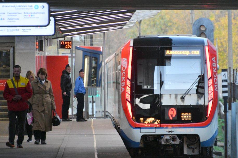 Движение приостановлено на участке Филевской линии столичного метро из-за упавшего на пути дерева