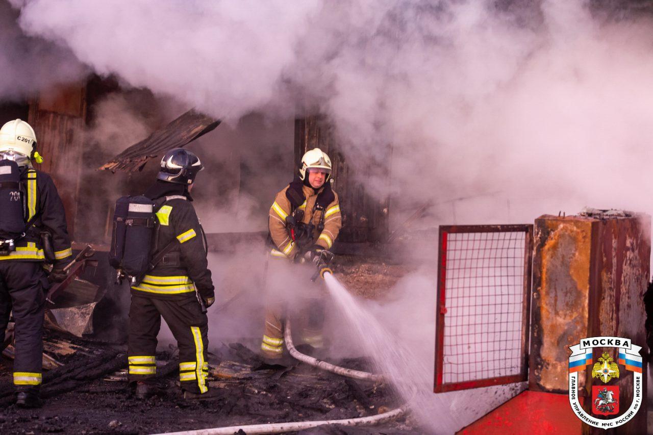 Сотрудники МЧС ликвидировали возгорание на Рязанском проспекте