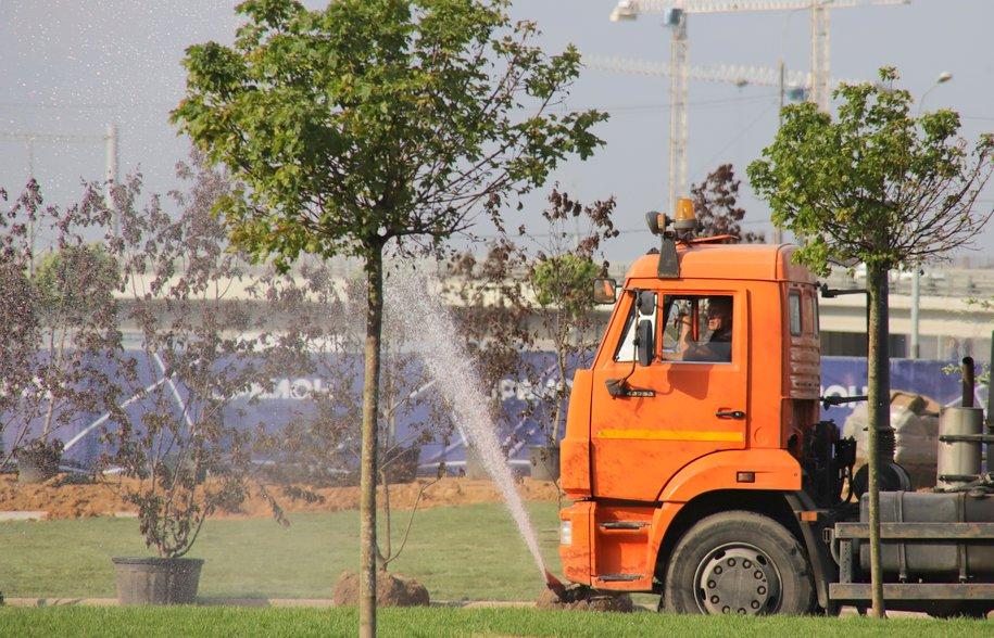 На столичные улицы выехали все поливальные машины для борьбы с жарой