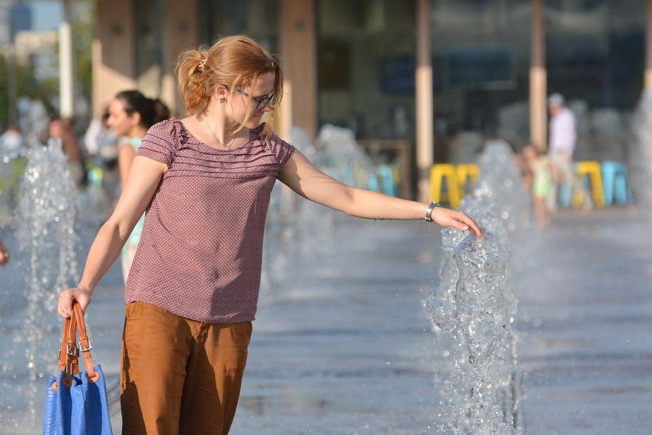 Из-за жары в Москве чаще поливают дороги и проводят аэрацию воздуха