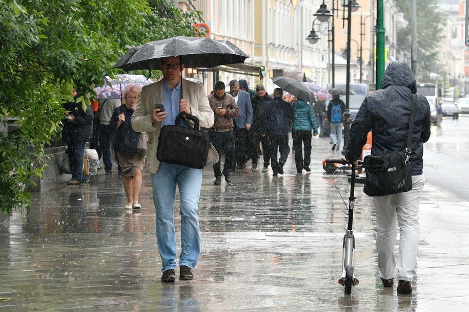 МЧС предупредило москвичей о дожде с грозой, граде и сильном ветре до утра субботы