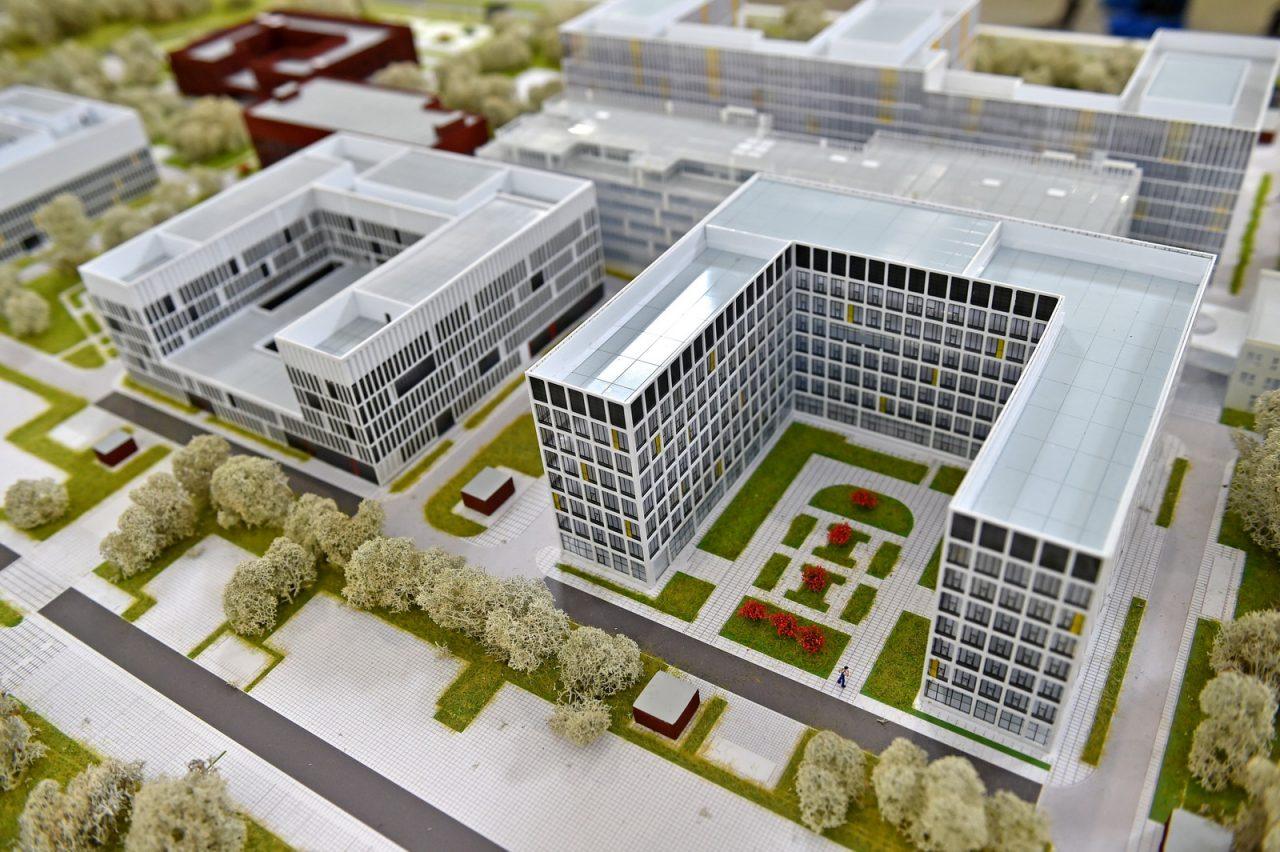 Завершается монтаж кровли и фасада двух корпусов больницы в Коммунарке