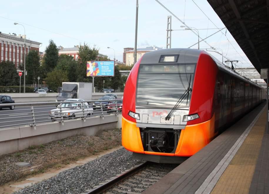 Пассажирам на семи станциях МЦК начали раздавать воду из-за жары