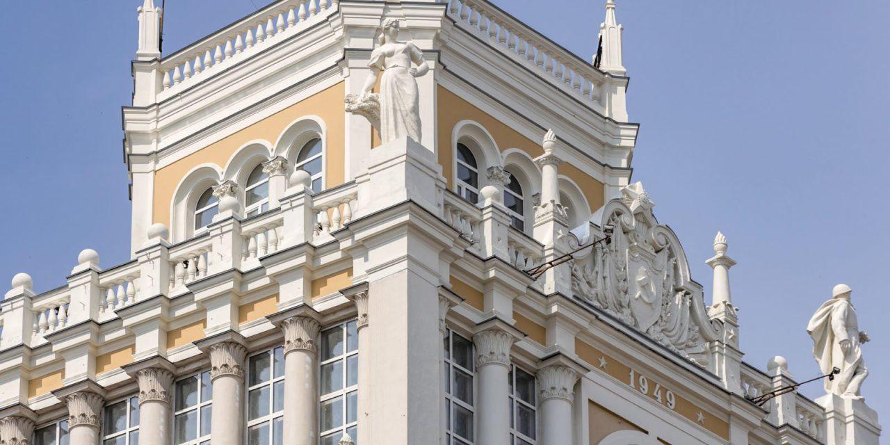 Реставраторы вернули декоративным элементам гостиницы «Пекин» исторический облик