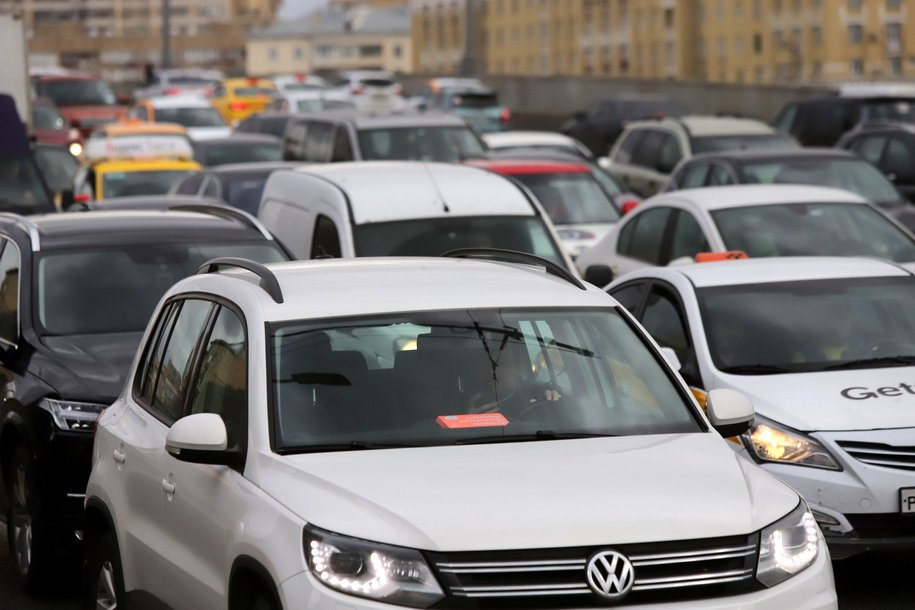 ЦОДД попросил автомобилистов соблюдать осторожность на дорогах и при парковке из-за непогоды