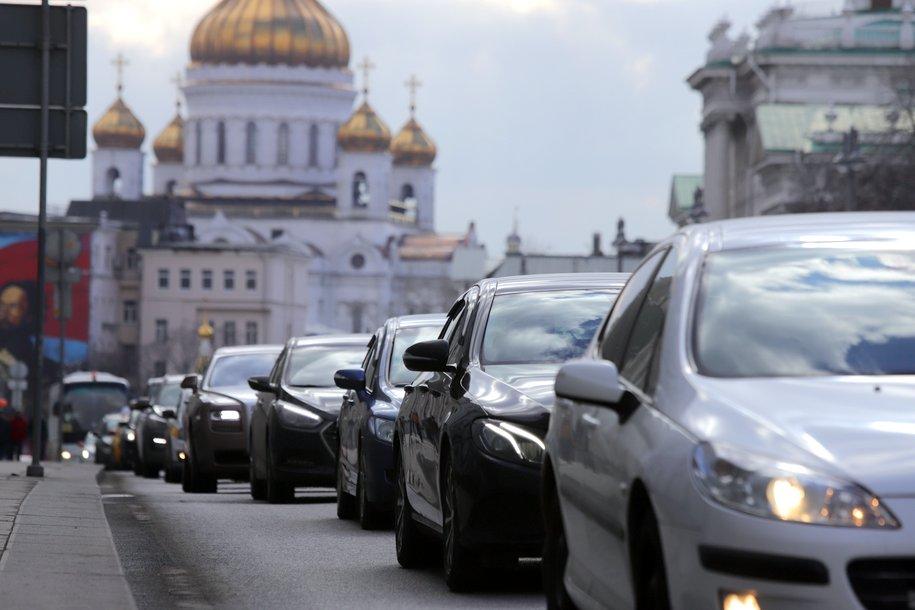 ГИБДД призывает водителей держать дистанцию и избегать резких маневров на дорогах из-за непогоды в Москве