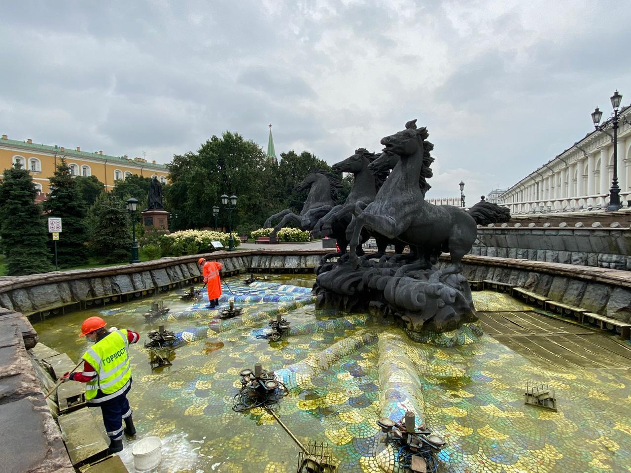 На Манежной площади промыли фонтаны ко Дню города