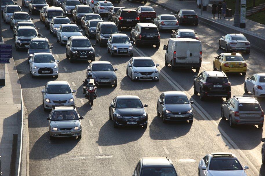 Пробки на столичных дорогах оцениваются в восемь баллов