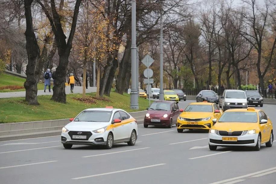 Почти 60% жителей Москвы готовы отпустить детей ездить на такси одних