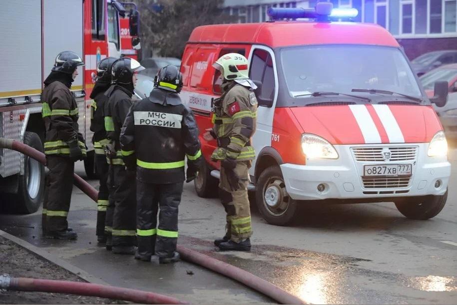 Женщина и ребенок спасены при пожаре в частном доме на востоке Москвы