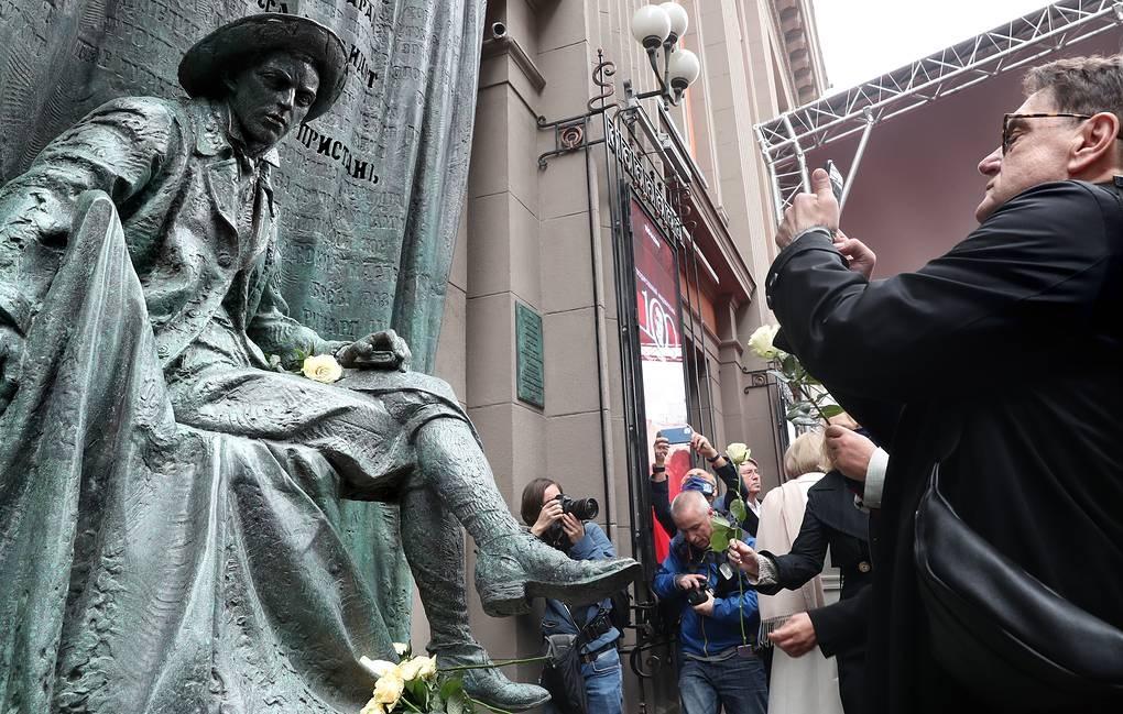 Памятник Евгению Вахтангову открыли на Арбате в Москве