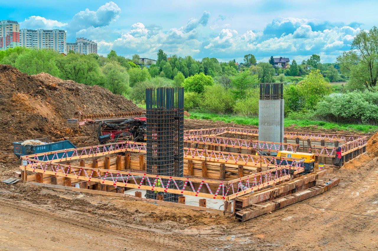 Завершается возведение опор метромоста через реку Ликова