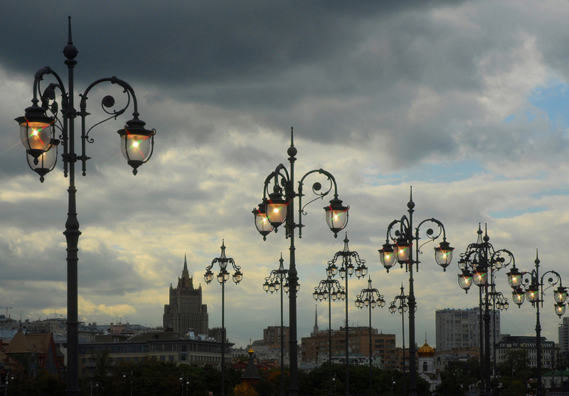 Уличные фонари и архитектурную подсветку зданий Москвы перевели на зимний режим работы