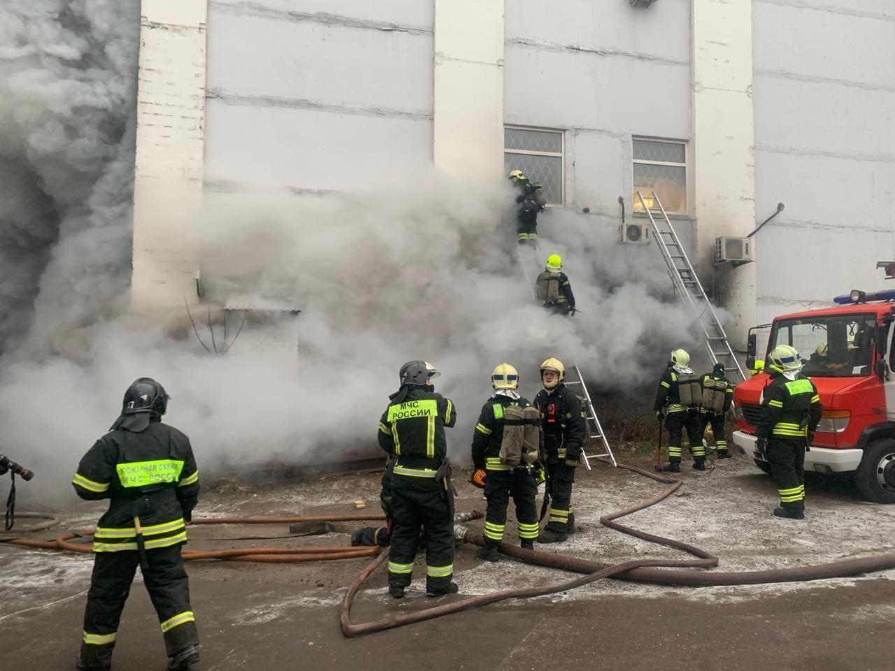 На Варшавском шоссе ликвидировали пожар на складе