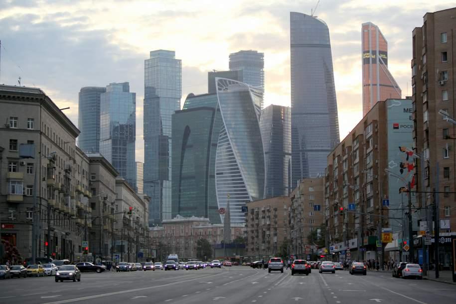На Кутузовском проспекте затруднено движение из-за наезда машины на пешехода