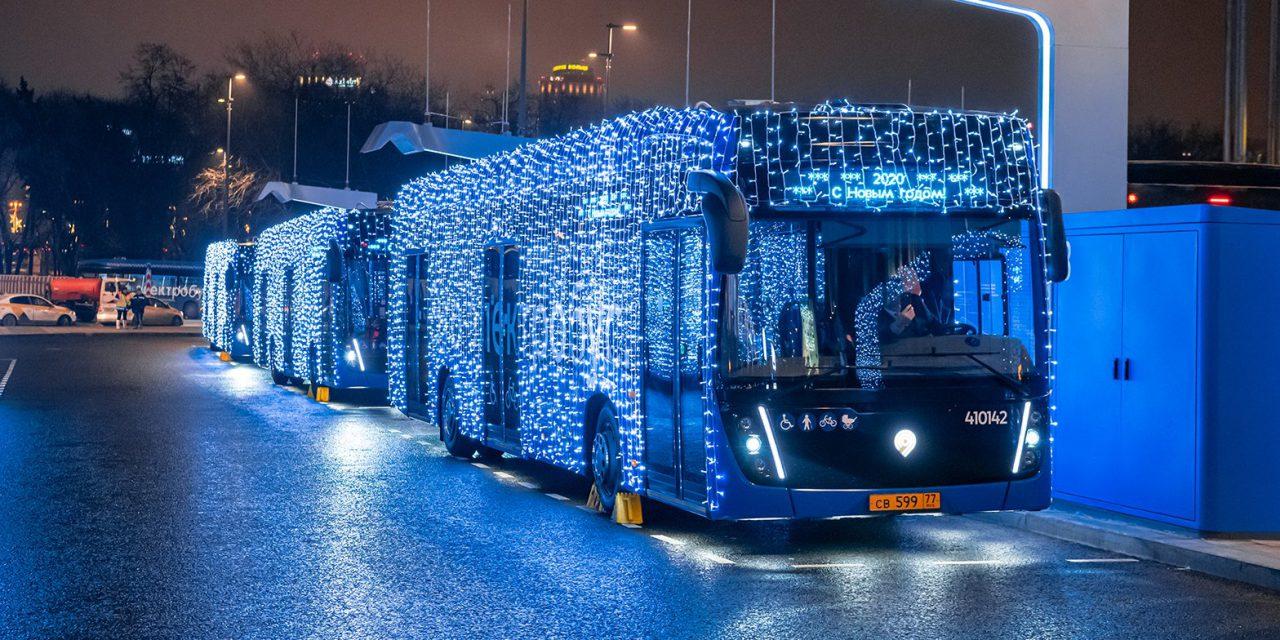 Общественный транспорт Москвы украсили к Новому году