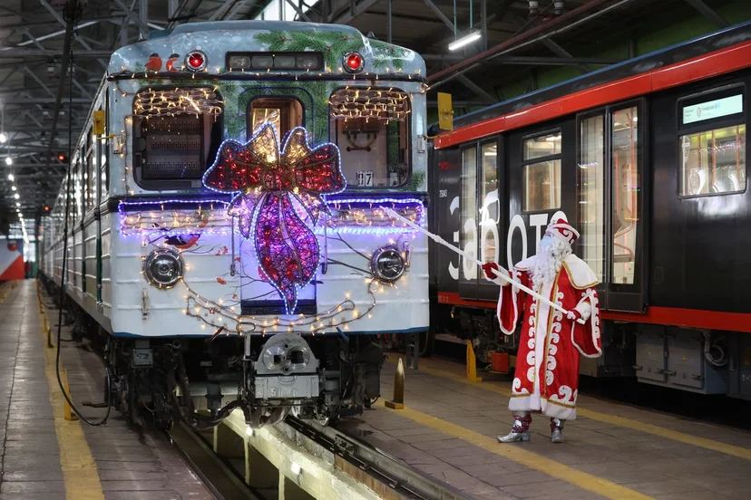 На Кольцевой линии метро запустили новогодний поезд