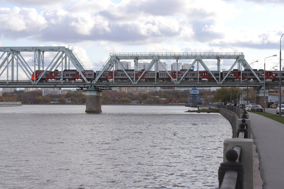 На западе столицы ликвидируют масляную пленку в Москве-реке