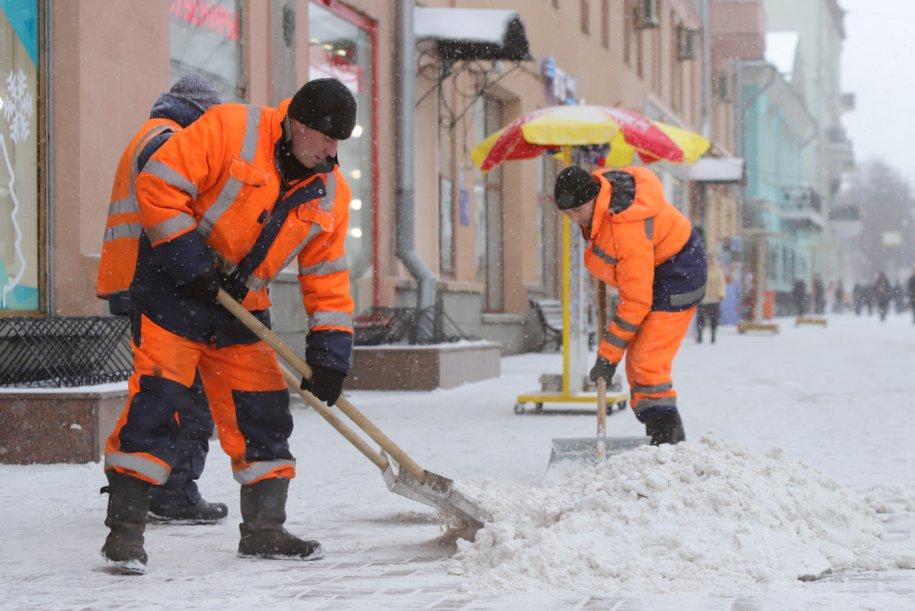 Коммунальные службы продолжают уборку снега на городских улицах