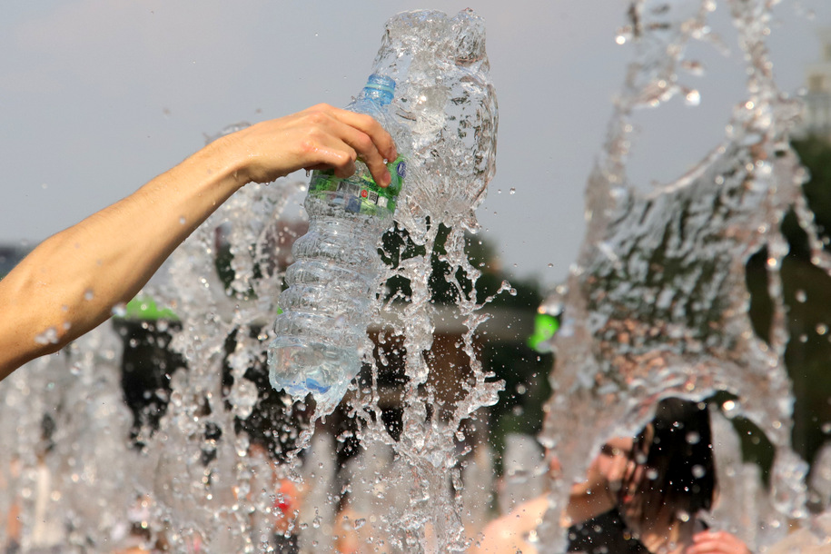 На станциях метро и МЦК пассажирам раздают питьевую воду