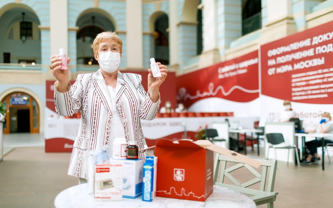 Московские пенсионеры получили более 42 тысяч коробок здоровья
