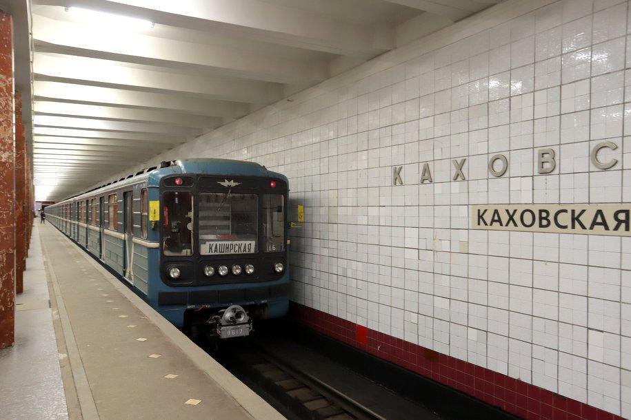 На реконструируемой станции метро «Каховская» ведется монтаж светильников