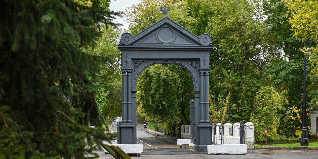 В Москве отреставрировали чугунные ворота Николаевской военной богадельни