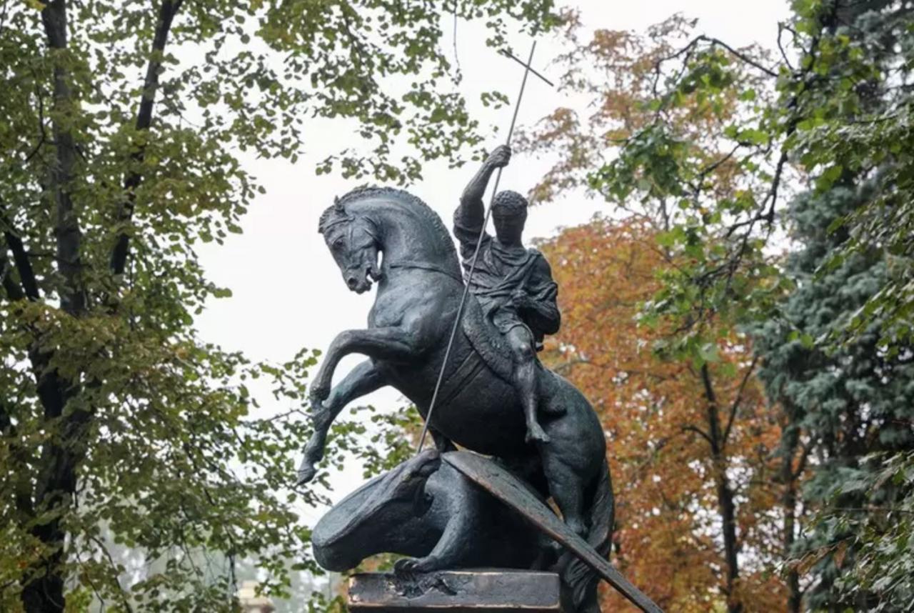 На Новодевичьем кладбище открыли памятник Юрию Лужкову